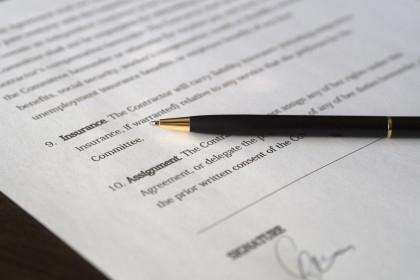 Gefährliche Stolperfalle für Arbeitgeber: Formulierungsfehler in Arbeitsverträgen : Vertrag, unterschrieben (business-sign)